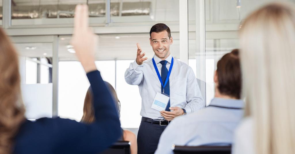 coaching in aula che risponde a domande