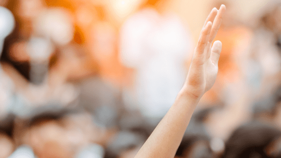 mano alzata in segno di partecipazione
